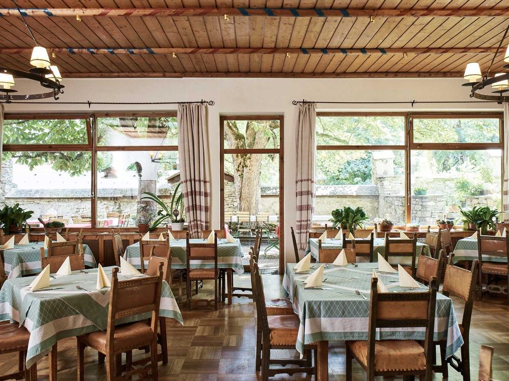 speisesaal-im-hotel-post-mit-vater-ernst-mayr-und-bild-von-kaiserin-sisi