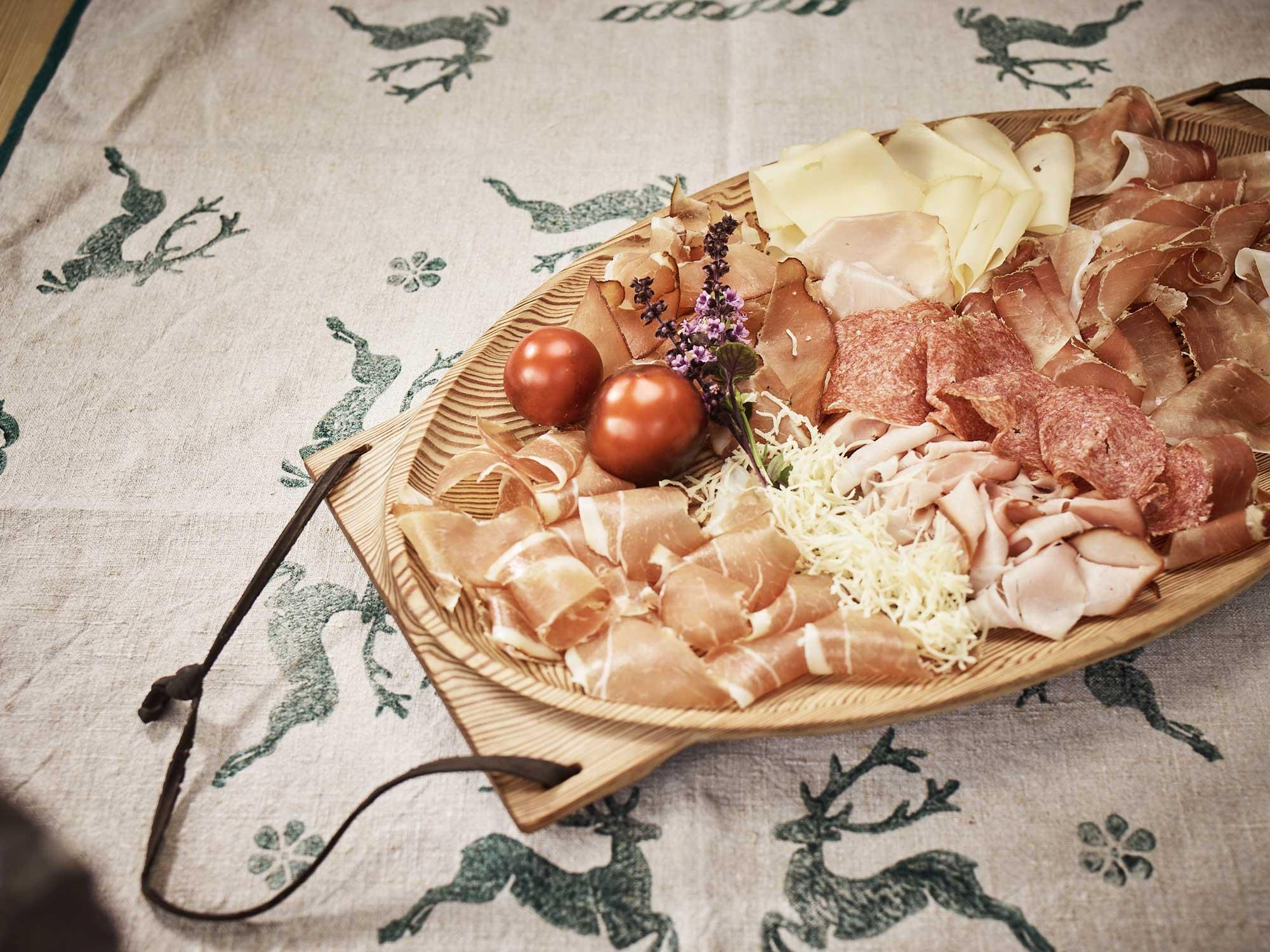Brettljause mit Speck, Schinken, Salami, Käse, Tomaten, Kren