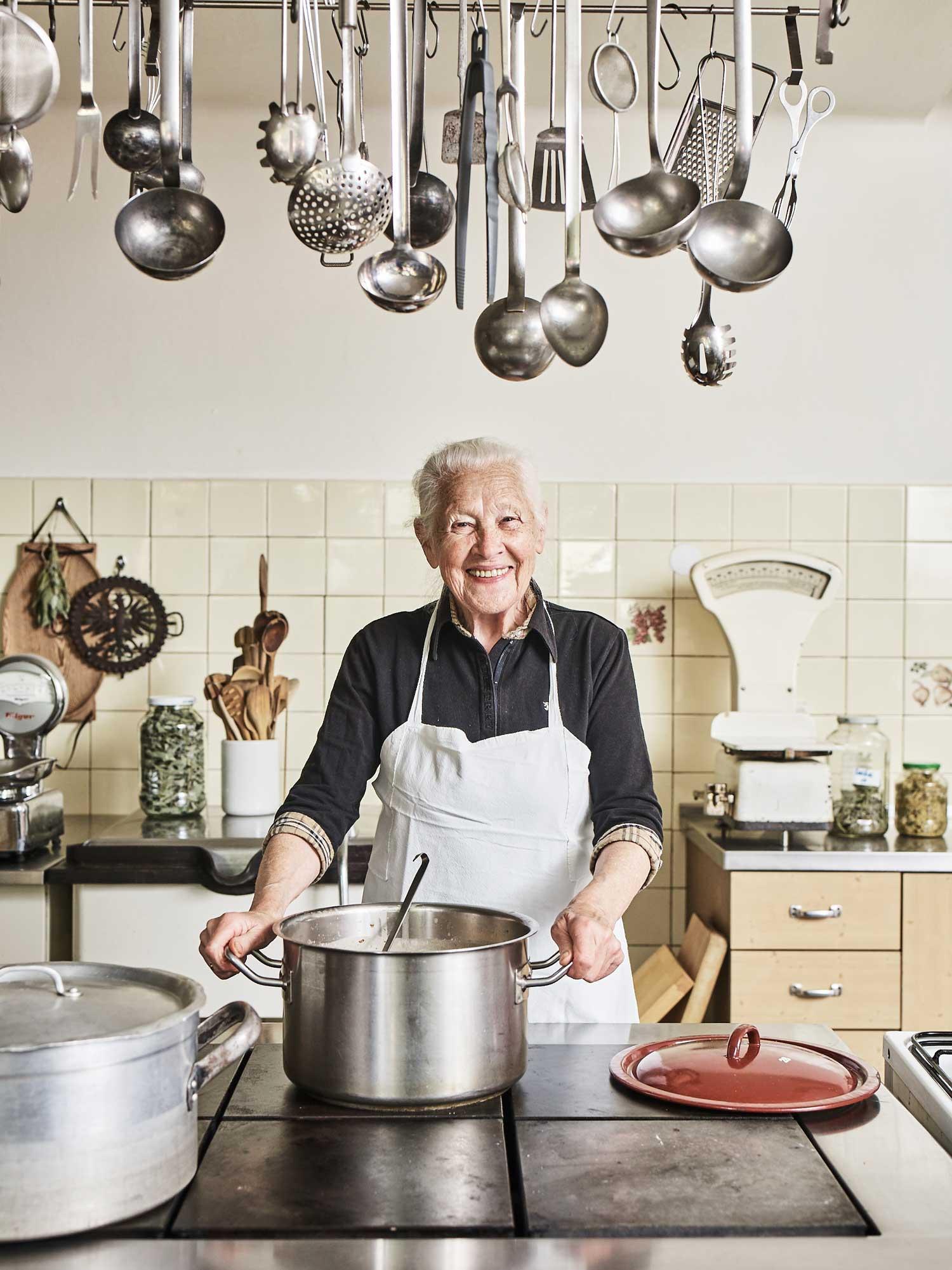 Mutter Mayr an ihrem Dienstort samt Arbeitsgerät - seit 66 Jahren…