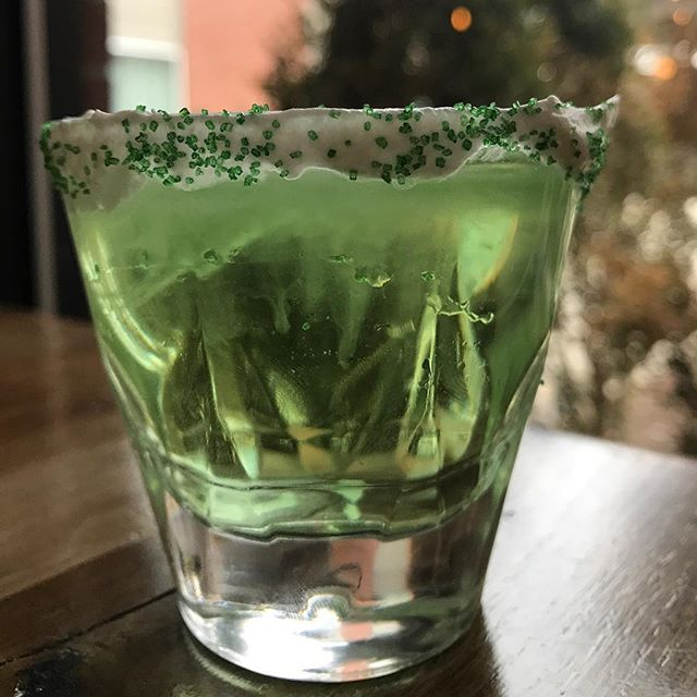 Feeling a wee bit Irish?! 🍀🇮🇪 Come on out this SATURDAY to try out St. Patty's day shot. It'll for sure put a jig in your step!  Can you guess what this green concoction is made out of? Let us know in the comments 👇🏼 Be the first to tell us the correct ingredients and receive a free appetizer!! #stpatricksday #irish #fourleafedclover #green #facetsfun @arccardinal @edwarddonco