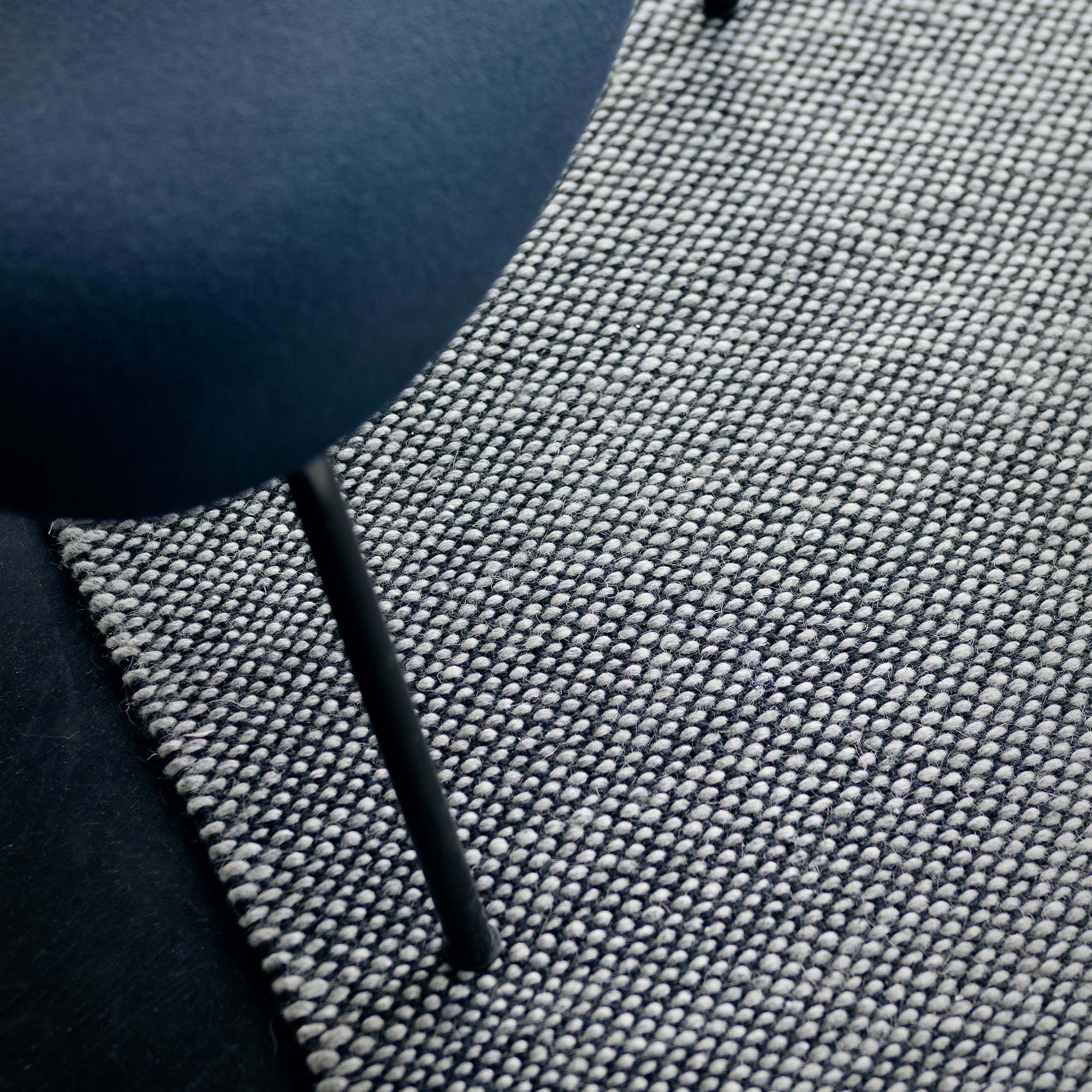 04_accessoires_teppich_Fabula_Rolf_Rug_Grey_Black_Wool_Hand-woven_1615_A2_300dpi_Medium.jpg