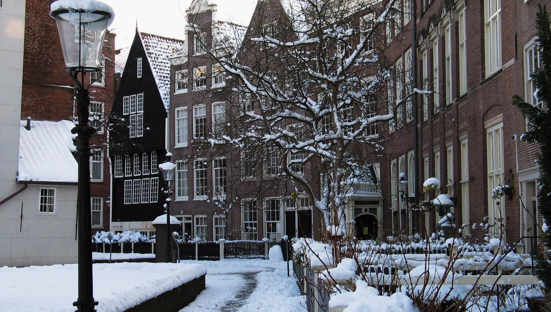 Snowy Begijnhof edwin van eis.jpg