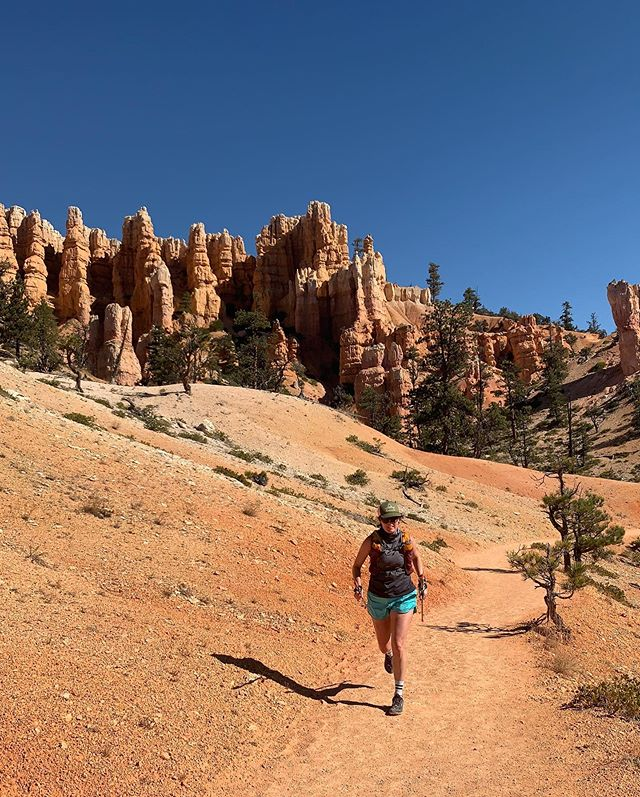 Day 4 Utah Adventure: Bryce Canyon! 🙌🏼🏃🏽♀️🏔 WOW is all I can say! Wow. This place is magical. 10 miles ~ 1,700 ft of climbing. This last day was so hard. We were so tired and hungry and hot 🥵. But there was so much too see we just wanted to keep going!  Utah you have been good. Probably one of my favorite states in the USA 🇺🇸 . SO MUCH TO SEE. SO MANY TRAILS TO RUN. Thanks for the miles & smiles @earth_crosser such a good trip! 🙌🏼🏔👋🏼🍷🍔🧦🦃🌭🍕🍌💅🏼😘 #brycecanyon #brycecanyonnationalpark #girlsontrails #summitsisters
