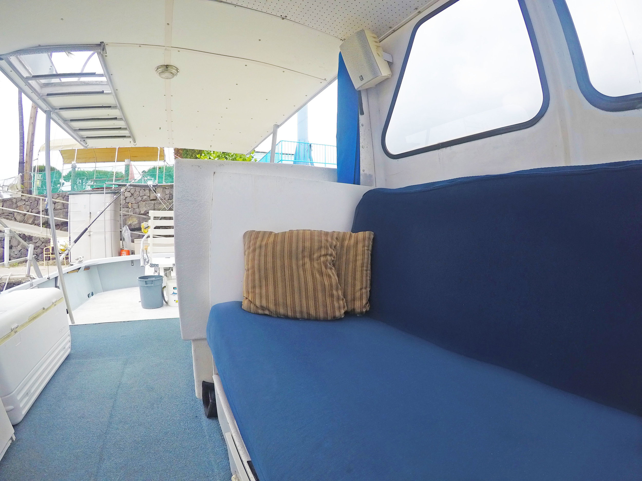 salon-boat-seating-comfortable-cockpit.jpg