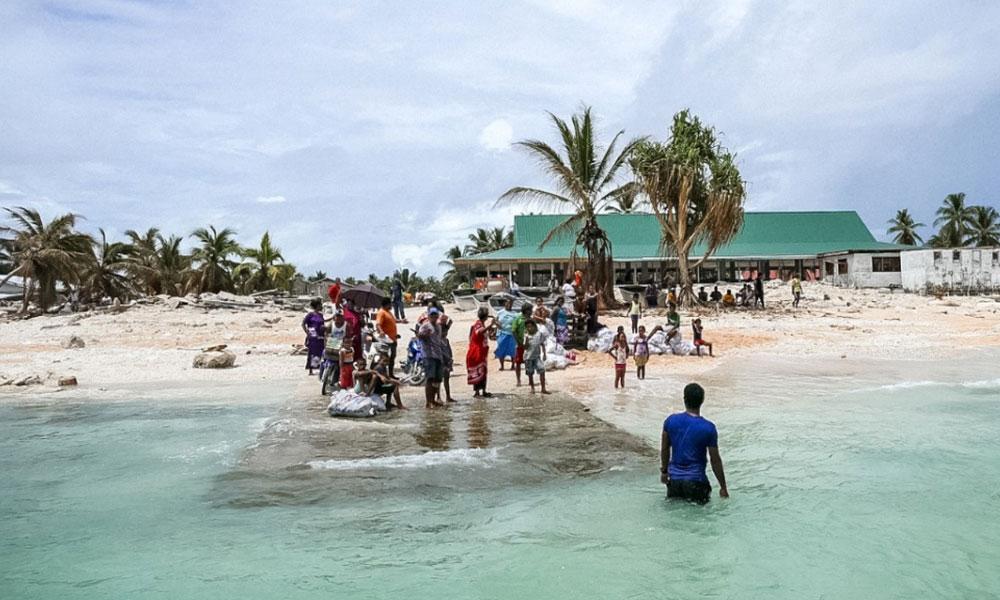 Community of Nui island farewells the Prime Minister following a visit post-Cyclone Pam. Photo: Silke von Brockhausen/UNDP