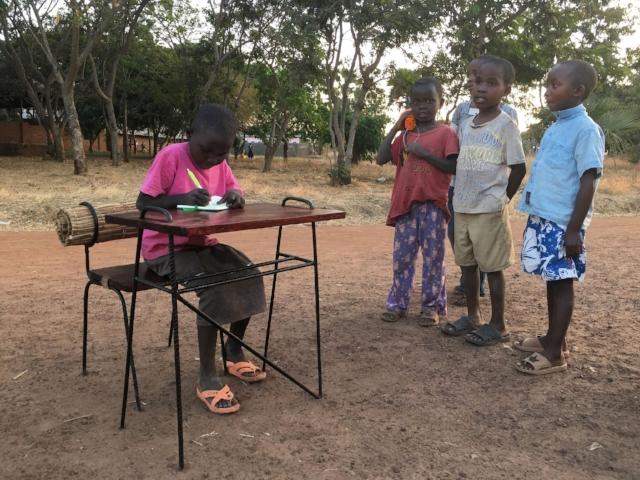 Projekty sal lekcyjnych - Używamy lokalnych materiałów i narzędzi, aby stworzyć przyjazne dla środowiska i angażujące społecznie projekty.