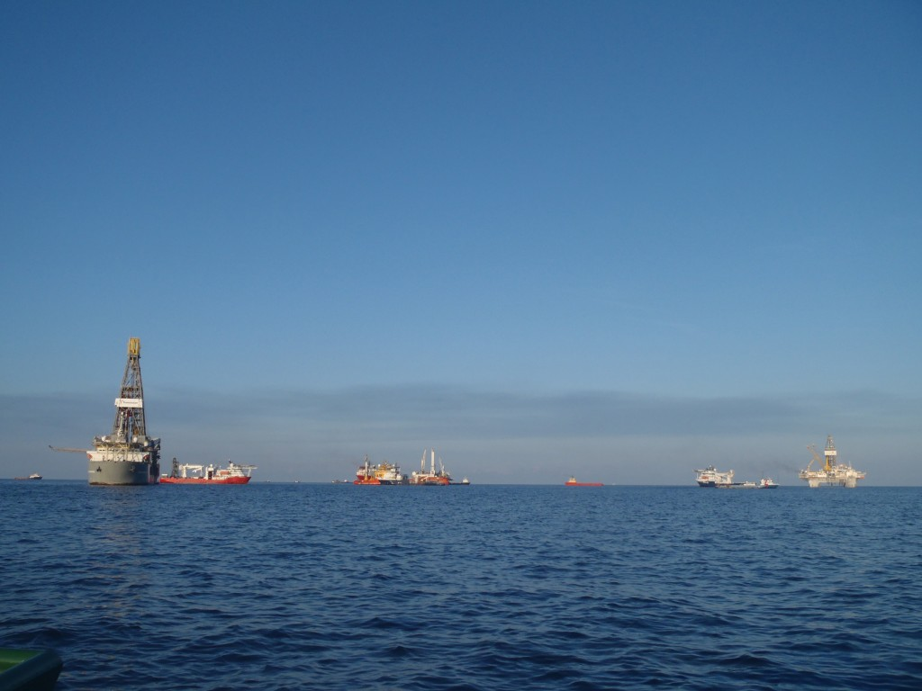 Drill ship (left), Top kill rig (middle) and Deep Driller 2 (DD2) rig (right)
