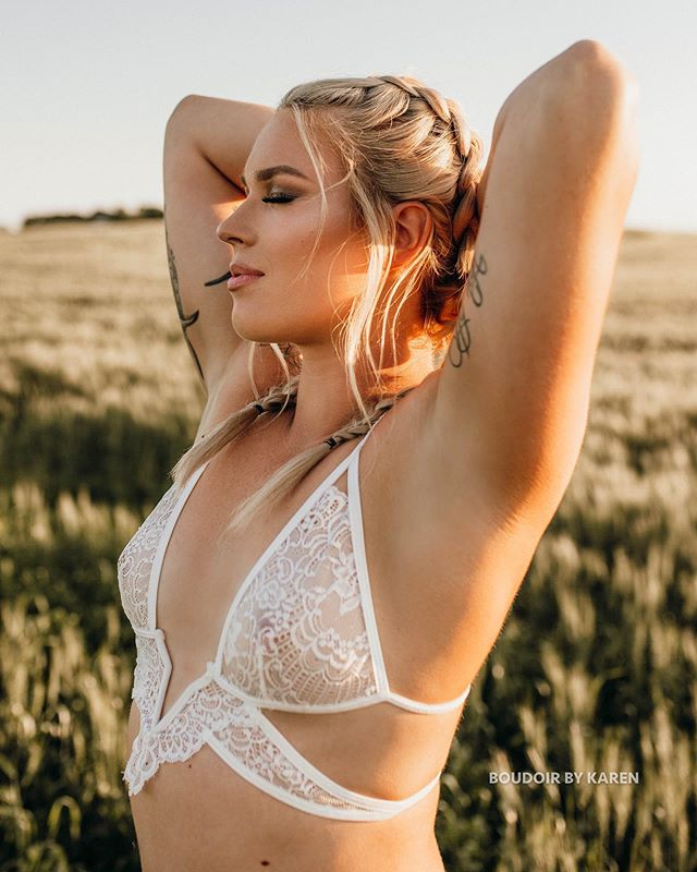 last night we had the mini boudoir session from our giveaway and I finally got to shoot in field of barley!! 🤩 I'm so happy I got to work with these amazing creatives and have Amy as our model! ♥️ isn't she just a beauty?? 😍 ( beautiful tan was done right beforehand by @tanontherunwawota ) #khaleesi