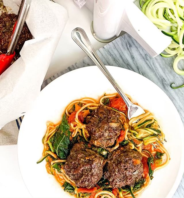 Grass-fed beef + beef liver meatballs🍝🤤 ⁣ ⁣ If you've heard @dominic.dagostino.kt in recent interviews you may have picked up that he's a fan of liver! Not everyone is such a fan, but it's so jam packed with nutrients it's worth experimenting to find ways to incorporate it into your diet. Think of your favourite ground beef recipe and try adding ground beef liver to it next time! ⁣ ⁣ These meatballs were made from 2:1 ground beef to liver, lots of garlic, diced onion, oregano, basil, and salt. Served over zucchini noodles, sautéed spinach, and sugar-free tomato sauce!