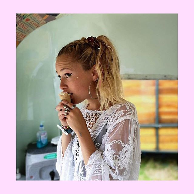 Hair feather ponytail (and ice cream 🍦😋) 🥰 We have a weekend off, yay! But we're VERY excited to see you all next weekend @larmertreefest and @latitudefest 🌟⭐️💛🙌🌈✨🤩 #summer #festival #hairstyle #braids #feathers #festivalstyle #fewtivalfashion 💛💛💛