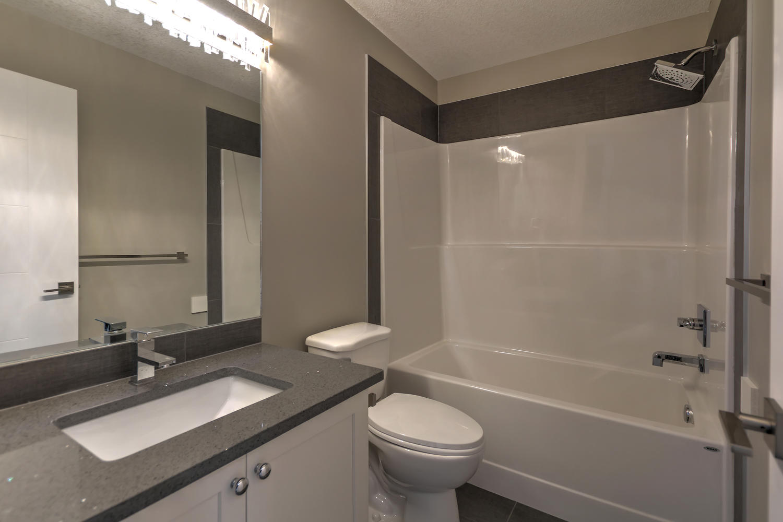9603 106 Ave Morinville AB T8R-large-042-21-Main Bathroom-1500x1000-72dpi.jpg