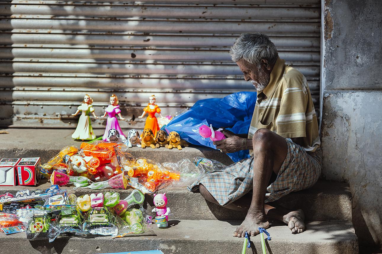 Pondicherry_toy_seller.jpg