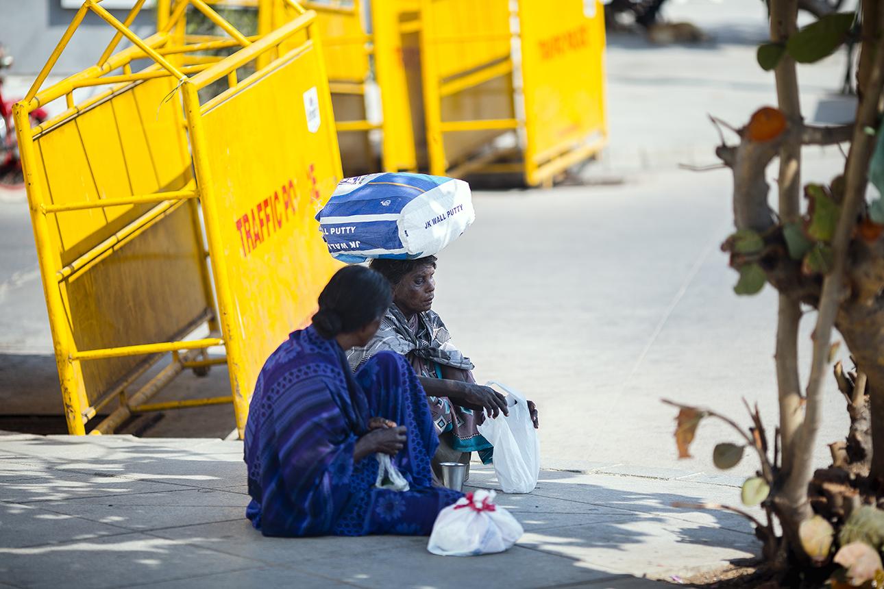 Pondicherry_women_sitting.jpg