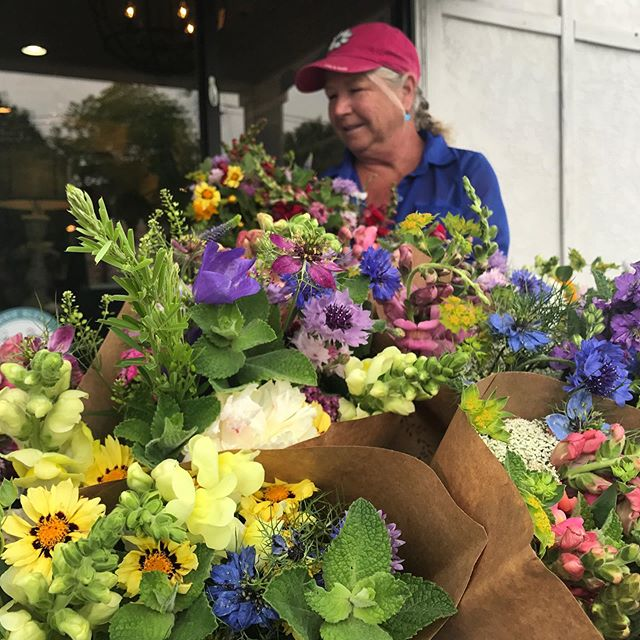 Setup @paintedhousetn today from 3-5pm for your weekly flower fix!