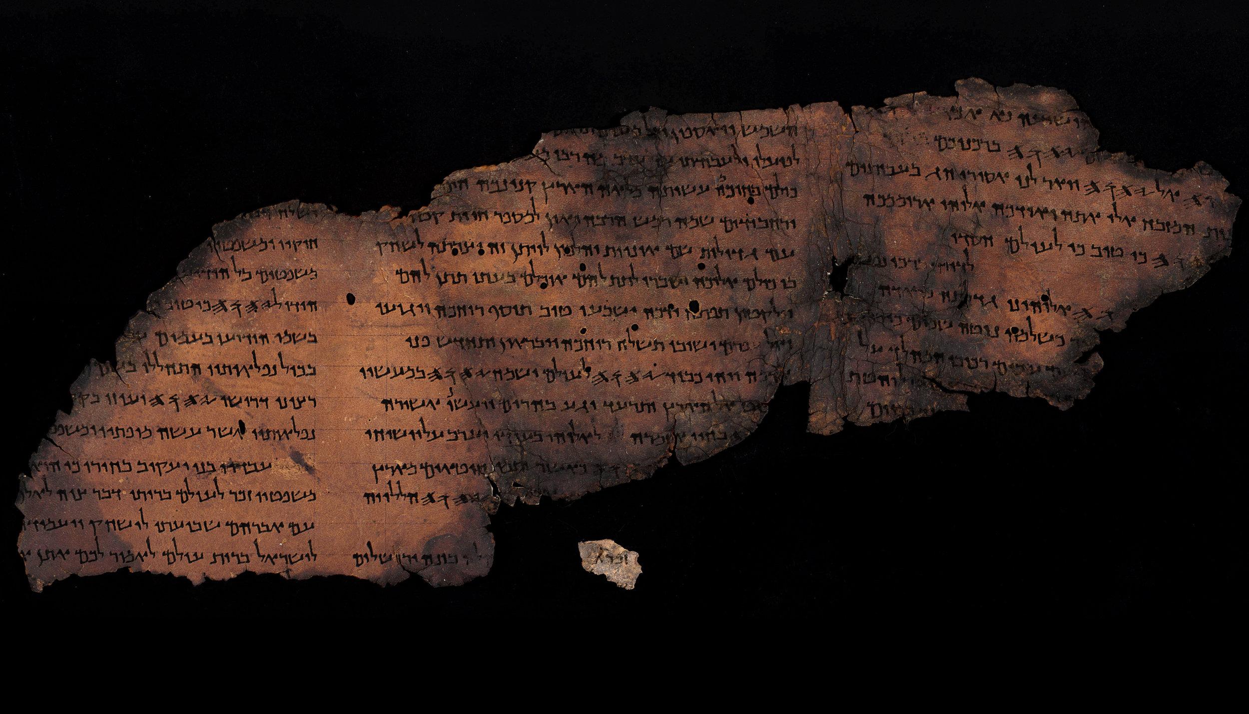 9.מגילת תהלים הגדולה. מתחתיה מופיע קטע מפסוק א של פרק קמז. קטע זה שנחשף עתה זוהה במחקר כשייך למגילה זו.jpg