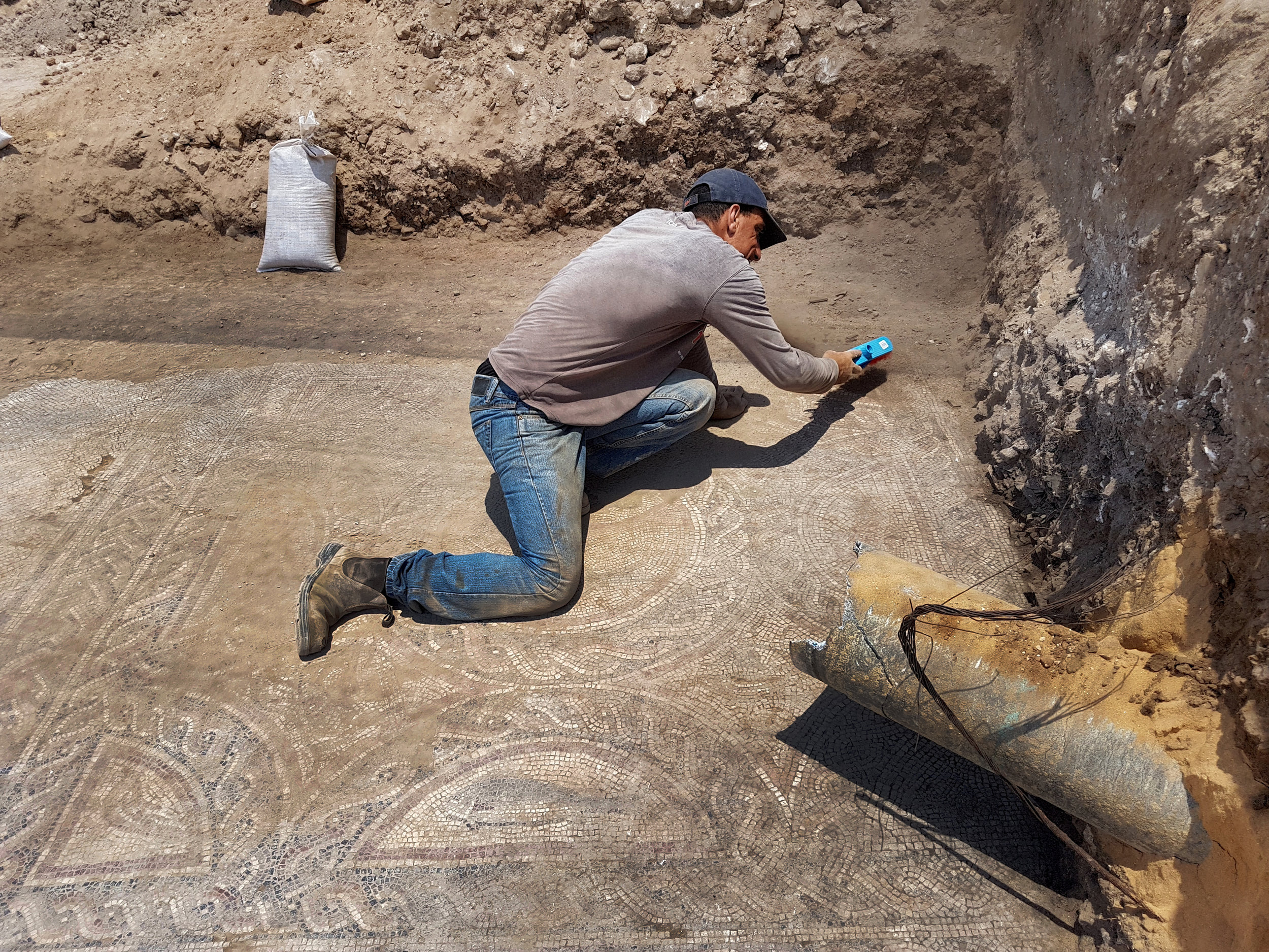 Uncovering the mosaic.  Photos: Amir Gorzalczany