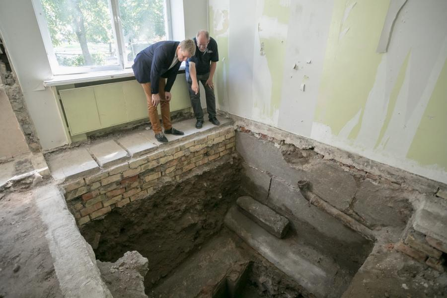 Dr. Seligman (IAA) pointing out the remains of the Bimah to Remigijus Simasius, the Mayor of Vilnius.