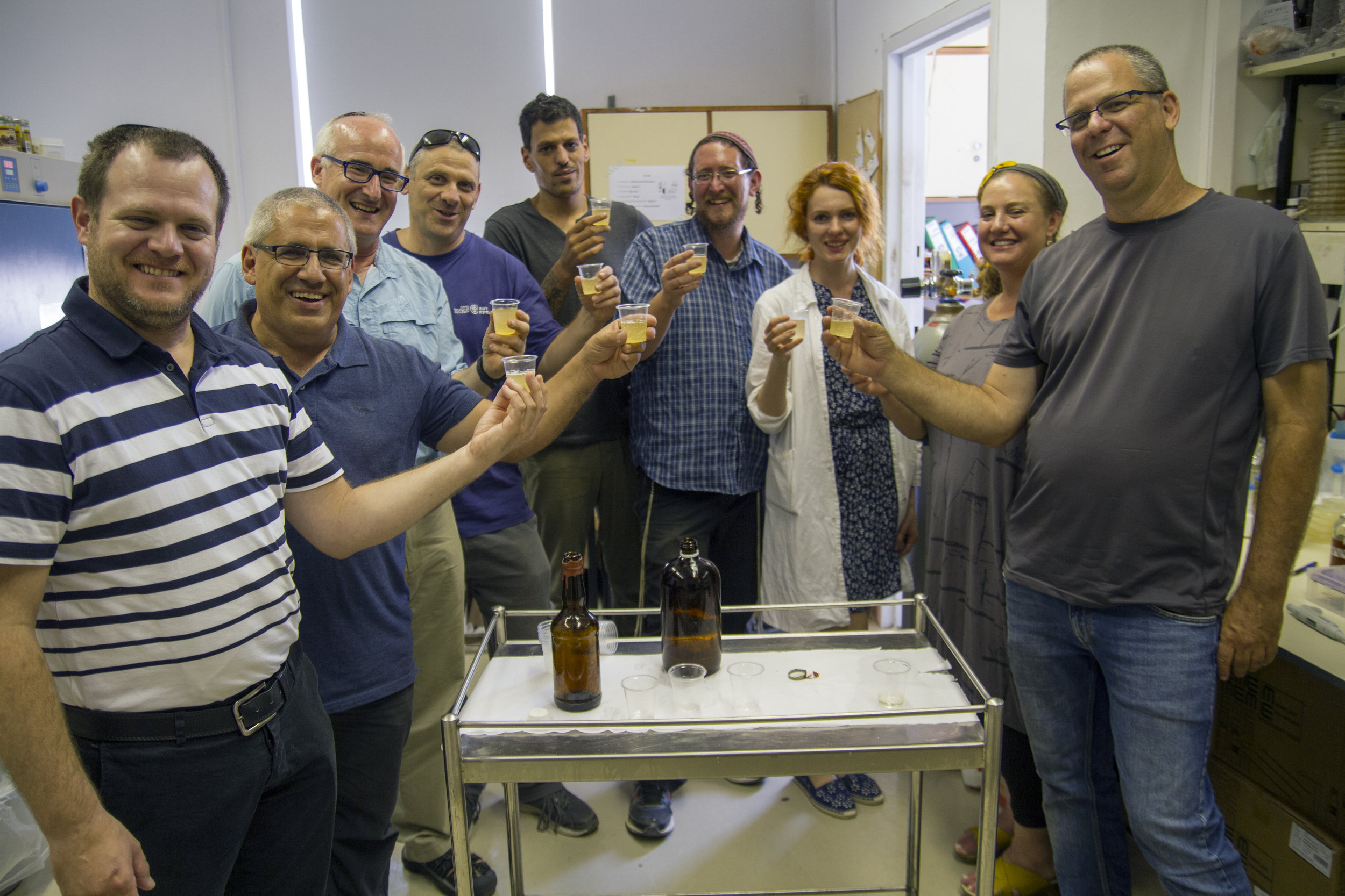 The team of researchers with old-new beer bottles manufactured in laboratories.  Photo: Yaniv Berman, courtesy of the IAA.