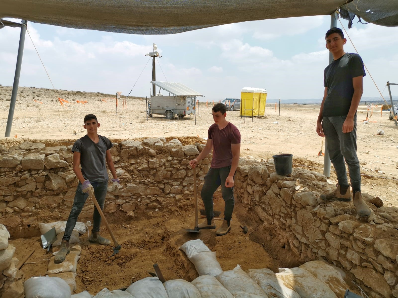בני נוער ממיתר  קבוצה 3 בחפירה ברהט.jpg