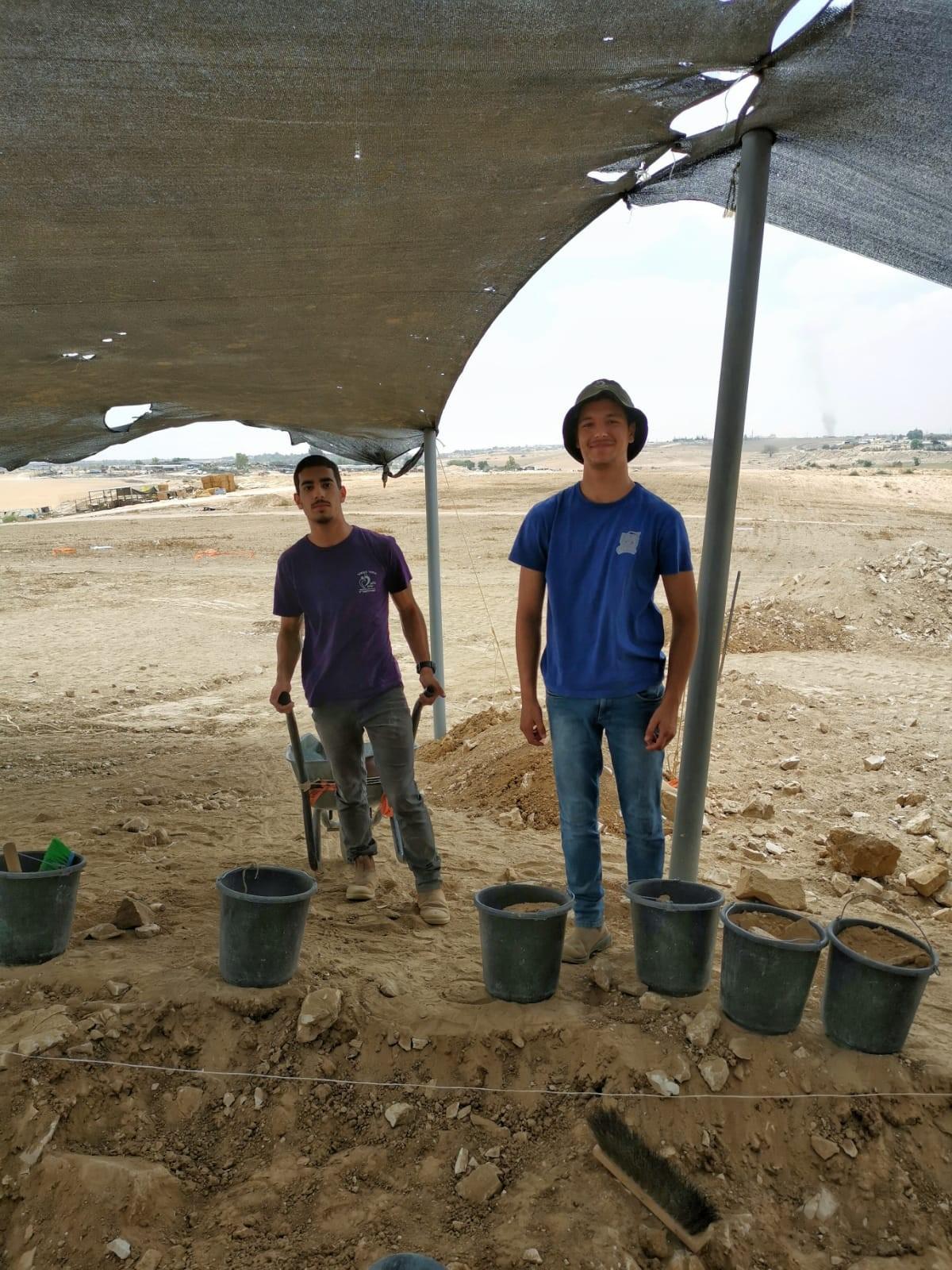 בני נוער ממיתר בחפירה ברהט קבוצה 3.jpg