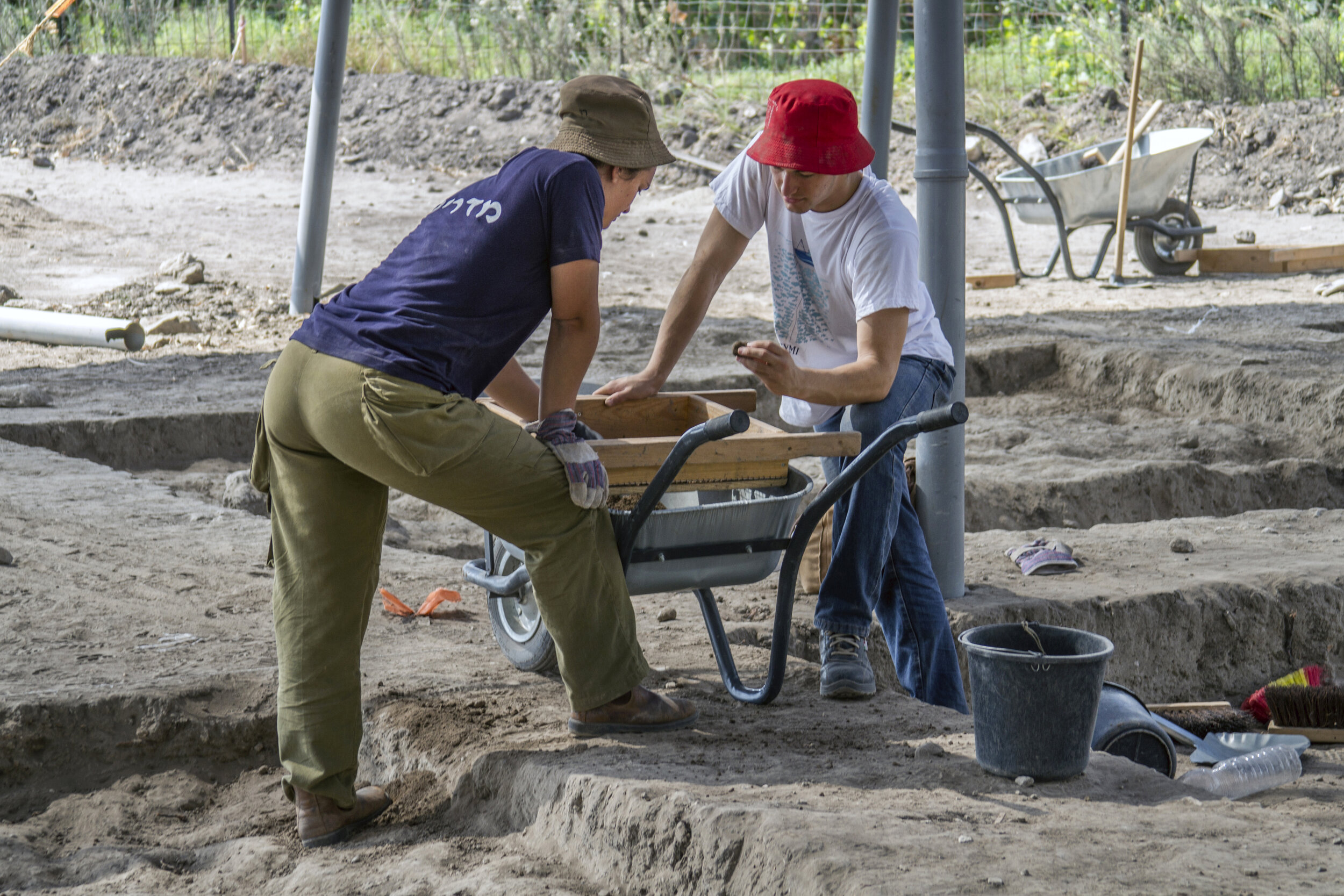 Youth volunteering at the Ein Asawir archaeological site.  Photo: Yaniv Berman, Courtesy of the Israel Antiquities Authority.