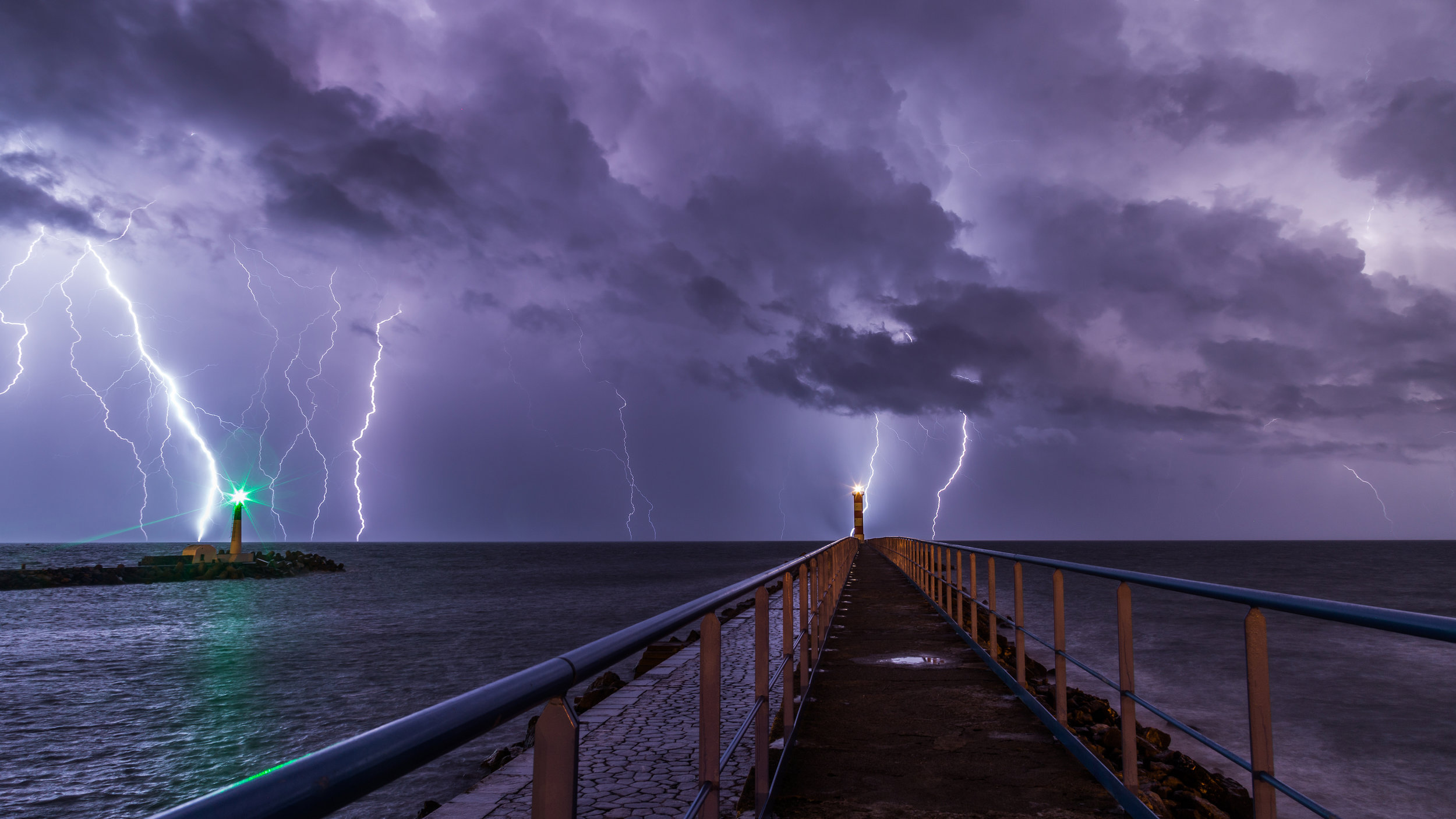 Port_and_lighthouse_overnight_storm_with_lightning_in_Port-la-Nouvelle.jpg