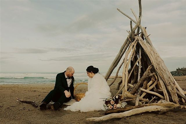 Cute little picnics on the beach, sign me up!  The creative portrait session part of your wedding day can be as chilled as you like. Think of it as a great chance to spend a little alone time together post nuptials. Soak up that magic! ✨