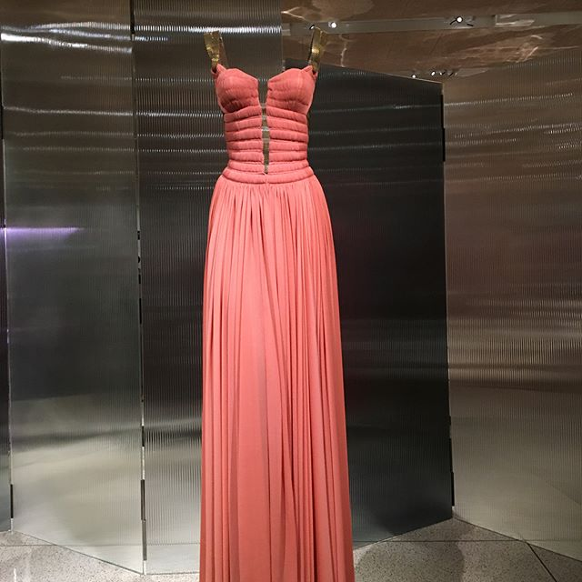What a way to use the material. Beautiful dress from Azzedine Alaïa. Inspiration for the artist soul. I am in love. #haute couture #beautifulcolors #textileart #fashion #beautifuldress