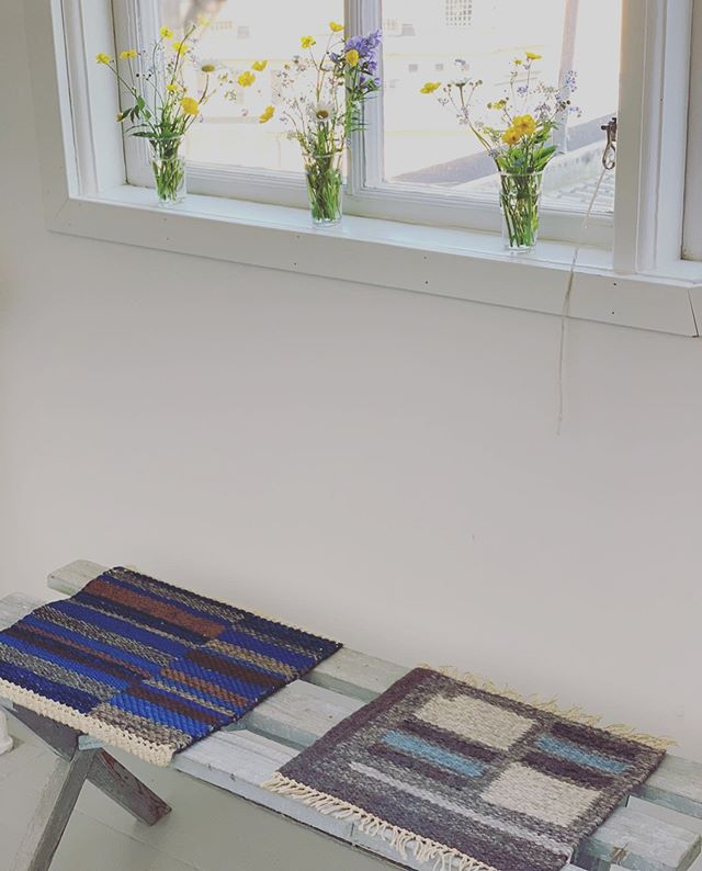 Öppet hus på ateljén idag, kl 16-18. Välkomna! // Welcome to open house today at the atelier, 4-6PM!  #alicelundtextilier #alicelund #ateljé #öppethus #mattprover #sommarblommor