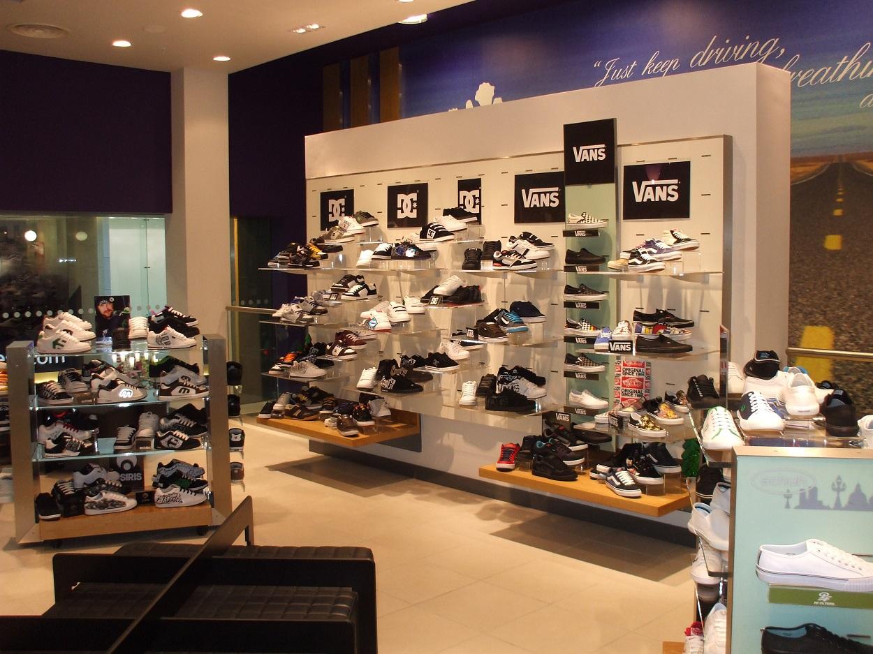 Full decor throughout retail space