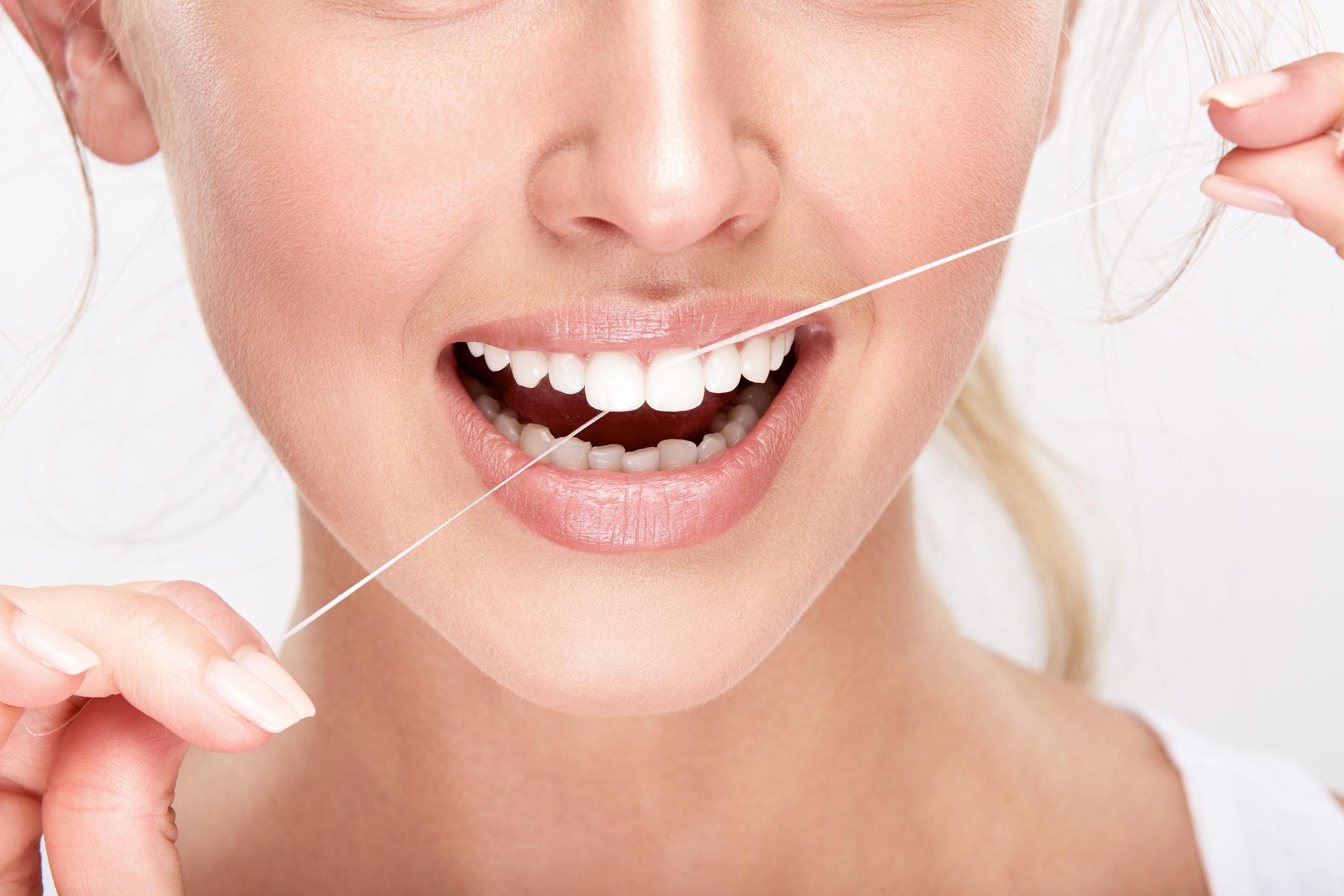 Dantų siūlas, kurį reikia naudoti po burnos higienos, kad dantys būtų sveiki ir gražūs