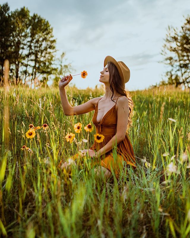 Searching for wild flowers ↠ A7riii/ 35mm / f1.6 / 1/2000 /ISO 100 ↠ • • • • • #roamcreative #romanceyourwild #socality #travelalberta #awesupply #travelstoke #roamtheplanet #earthpix #visualsoflife #thevisualscollective #自然 #vlogger #allaboutadventures #visualsofearth #ourplanetdaily #artofvisuals #wildernessculture #peoplescreative #旅行 #explorecanada #景色  #northwestcreatives #explorealberta #bealpha  #yycphotographer #yyc #sonyalpha #folkgreen #vzcomood