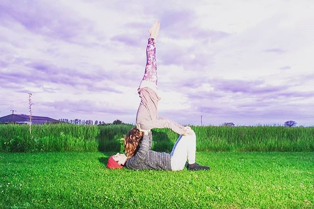 #acroyoga #fieldyoga #couplesyoga #outdoors