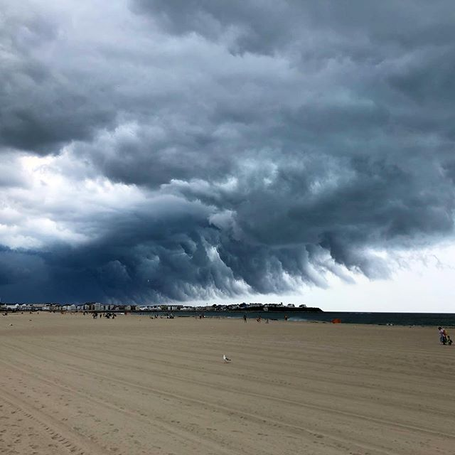 Nothing will clear a beach quite like this cloud! 💨 #stormsacomin #hamptonbeach #thecandycorner