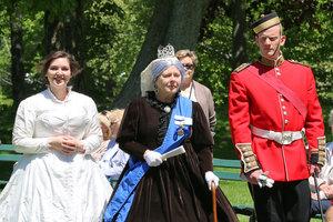 Queen Victoria Arrives
