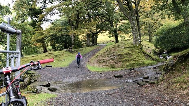 We just had a really splashy day in the Elan Valley with @mountainyogabreaks! Lovely to be guided in unknown territory, such a different style of riding to usual!