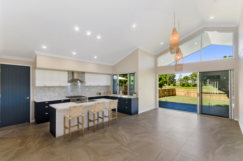 EllisDevelopments_Kitchen_Hamptons_Townsville_BuildersBlogHeader_GorgeousDesign.jpg