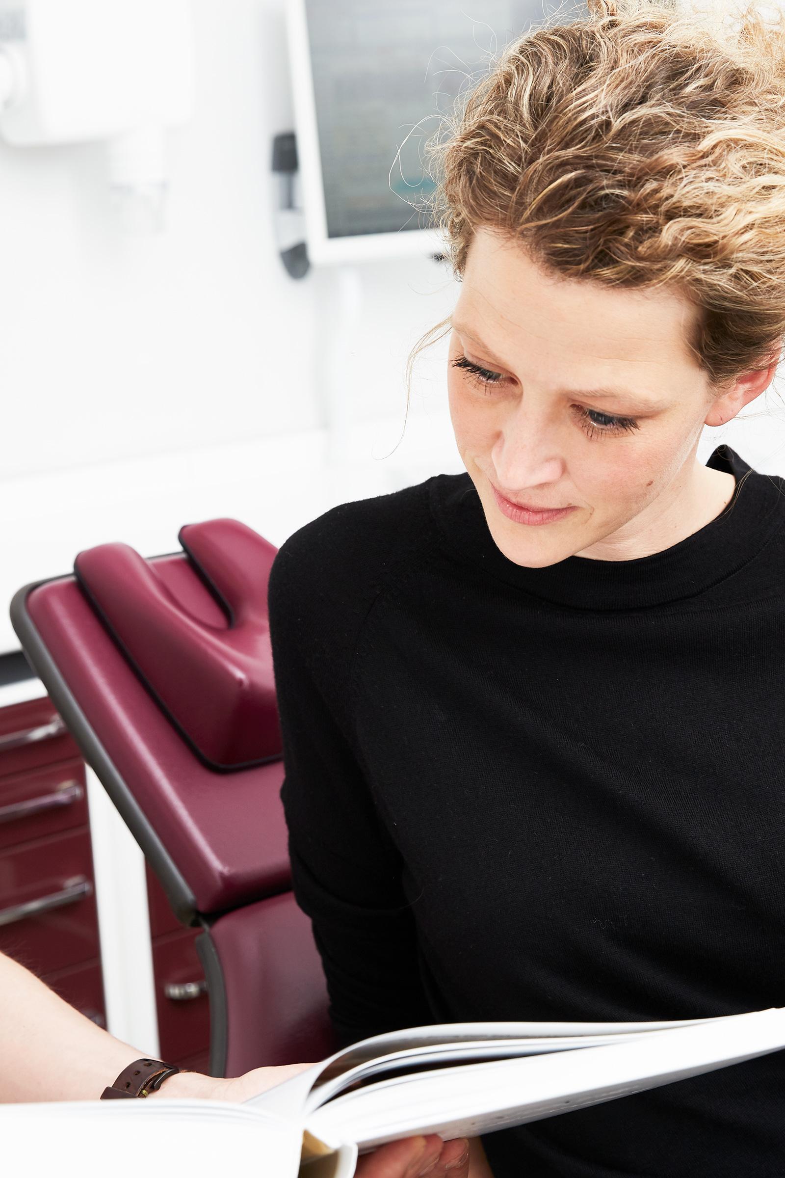 Bleaching. - Den Wunsch nach einem strahlend weißen Lächeln erfüllen wir beim Bleaching auf schonendste Weise: In der Zahnarztpraxis Hoisdorf verwenden wir Bleichmittel und Techniken, die an Ihren Zähnen keinerlei Schäden hinterlassen. So werden Verfärbungen auf den Zähnen durch ein glänzendes Weiß ersetzt. Gerne beraten wir Sie ausführlich über die Möglichkeiten, die wir individuell auf Ihre Bedürfnisse zuschneiden.