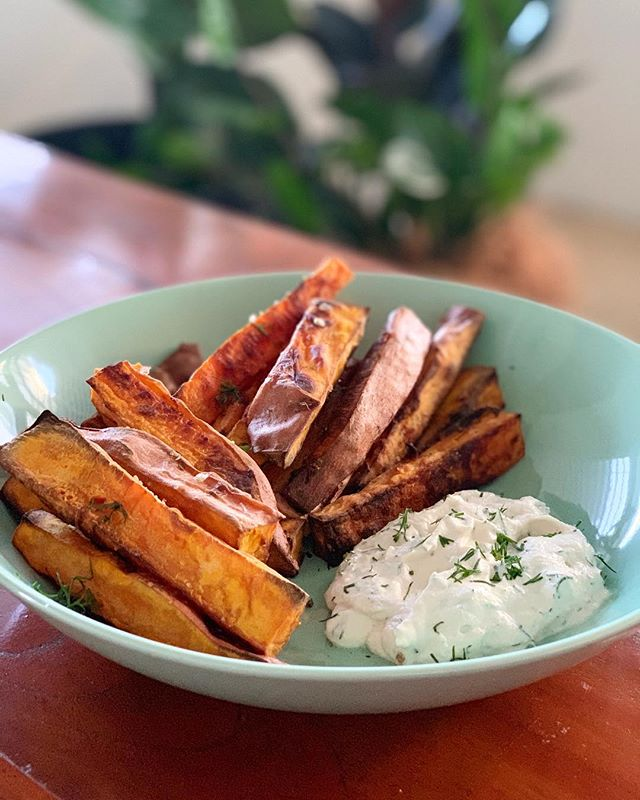 Who loves sweet potato chips? 🙋🏽‍♀️ The perfect quick and easy meal for these wet and cooler Autumn nights.  Serve with zesty dill cashew cream and she's a winner! ✨  #fedforwellness #visitsunshinecoast #sweetpotatoes