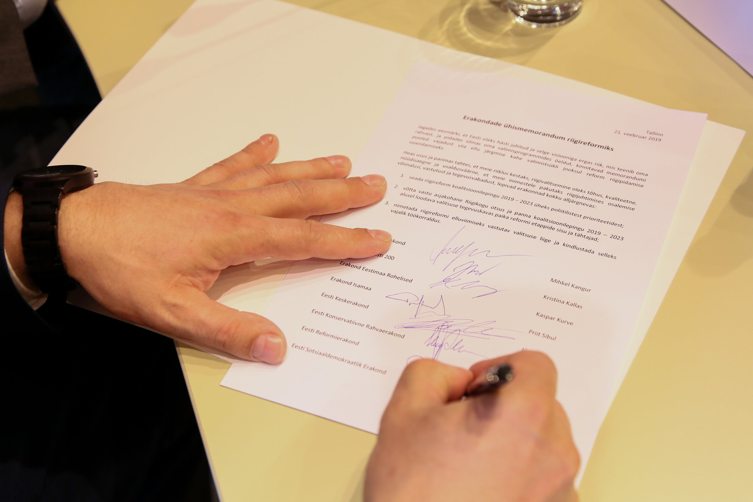 AJALOOLINE HETK:  Riigireformi ühismemorandumile on andnud allkirja koguni kaheksa erakonna juhatuse liikmed ( foto: Kristi Kamenik).