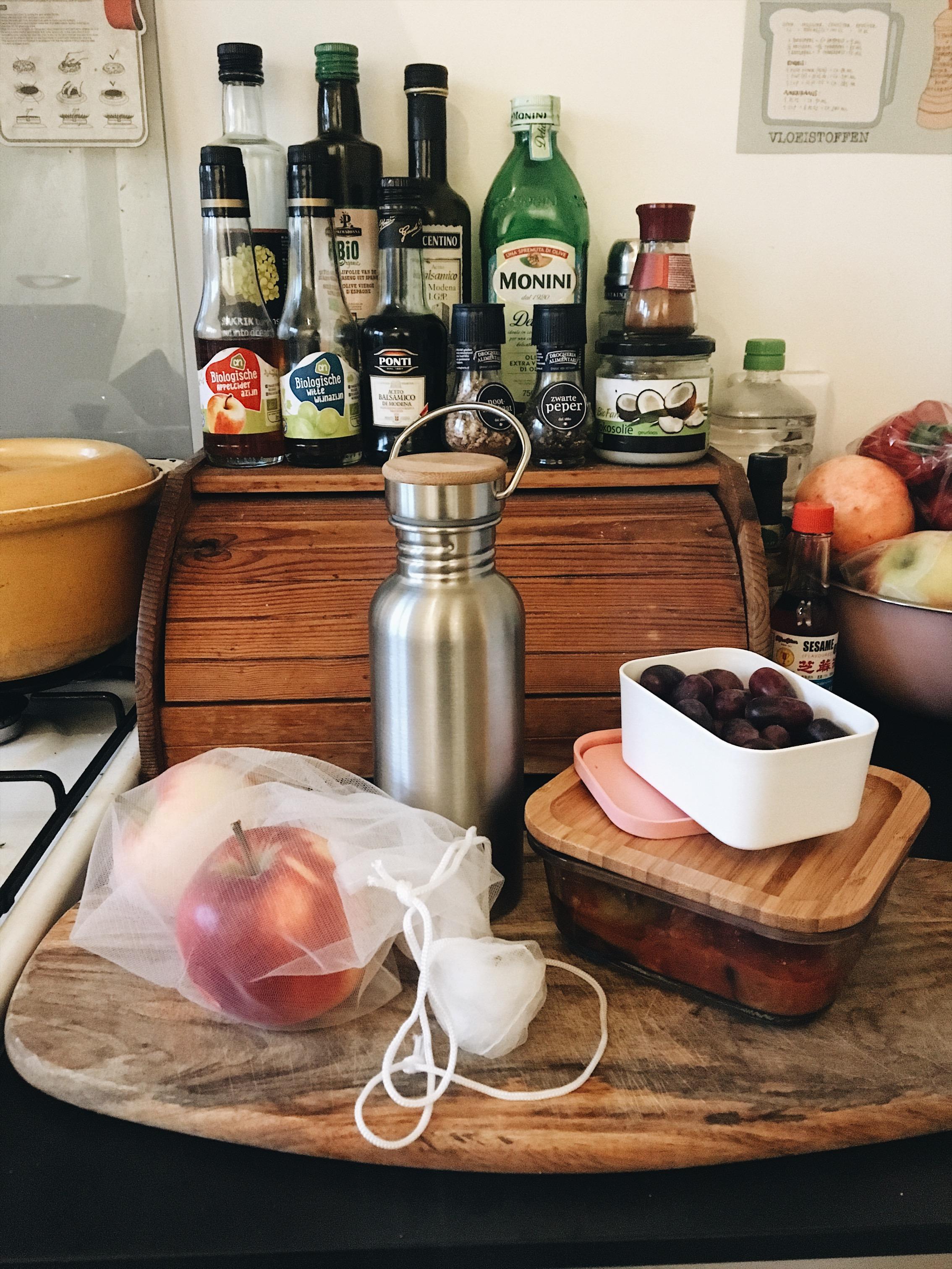 Herbruikbare netjes van Albert Heijn, glazen vershouddoosje van IKEA, drinkfles van Dille & Kamille en een fruitbakje van Mepal.
