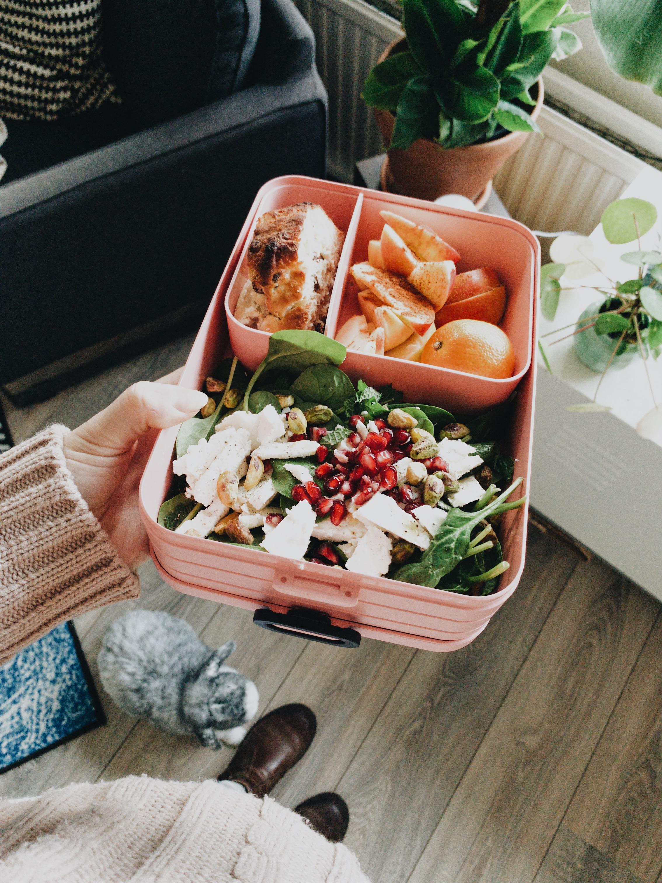 Plakje van Leev kwarkbol, appel met kaneel en een mandarijntje, salade van babyspinazie met peterselie, munt, granaatappelpitjes, feta en pistachenootjes.