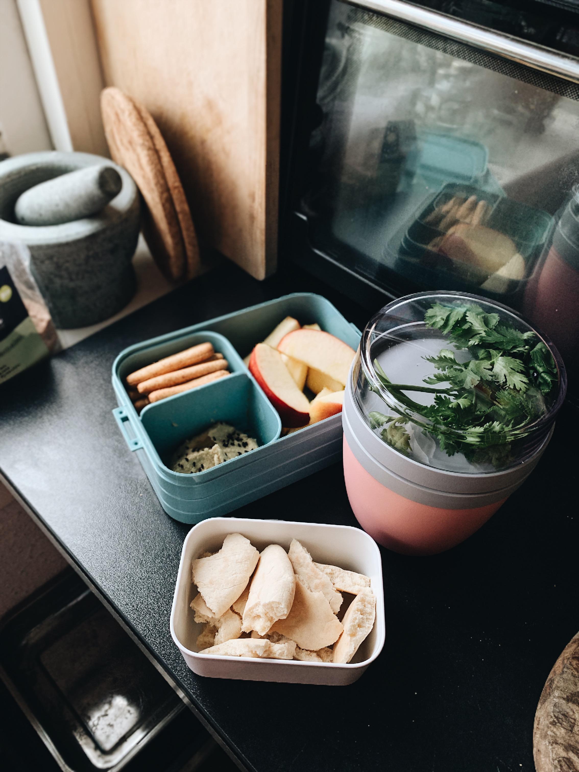 Rode linzensoep met koriander en kort geroosterde speltpita's, mini-soepstengels (picos) met hummus en zwarte komijn, een appeltje.