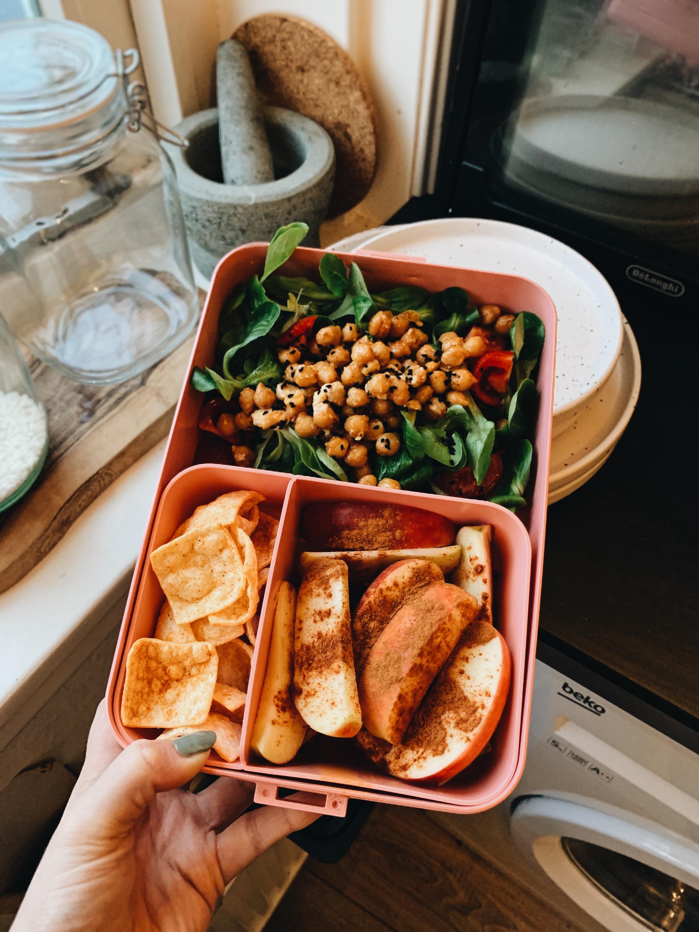 Linzenchips, appel, veldsla met kikkererwten gebakken in olijfolie, gerookte paprikapoeder, feta, cherrytomaatjes, granaatappelpitjes en zwarte komijn.
