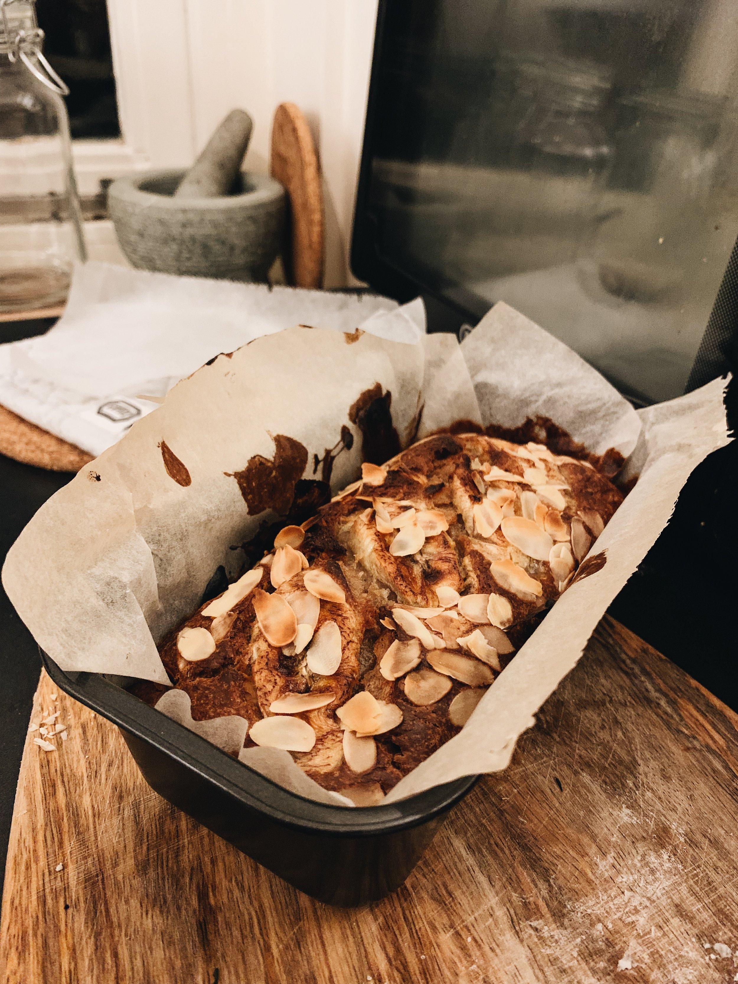 Bananenbrood in een kleine bakvorm van Dille & Kamille. Zo heb je niet te veel, al kan je natuurlijk altijd iets voor je collega's of klasgenoten meenemen!