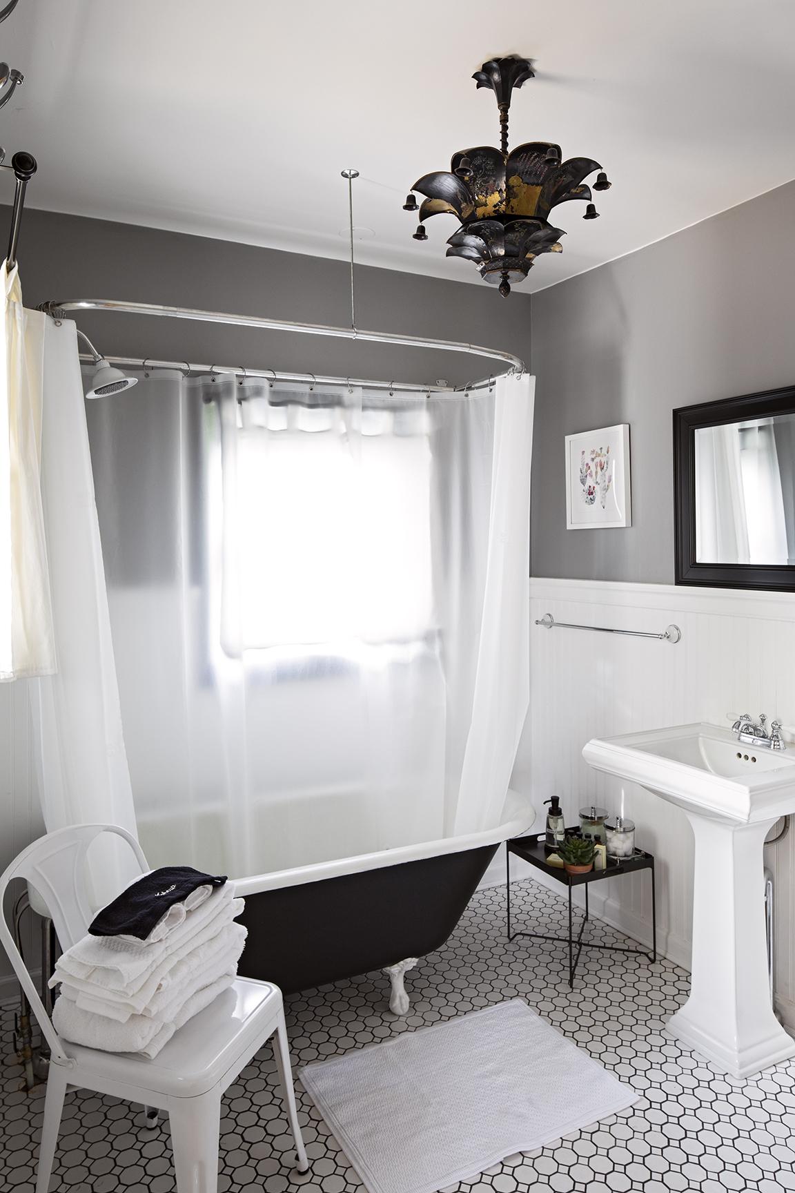 moonriver inn bathroom