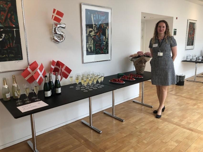 Der var flag og champagne, da Irene Thorsen tog imod på netværkets femårs fødselsdag.