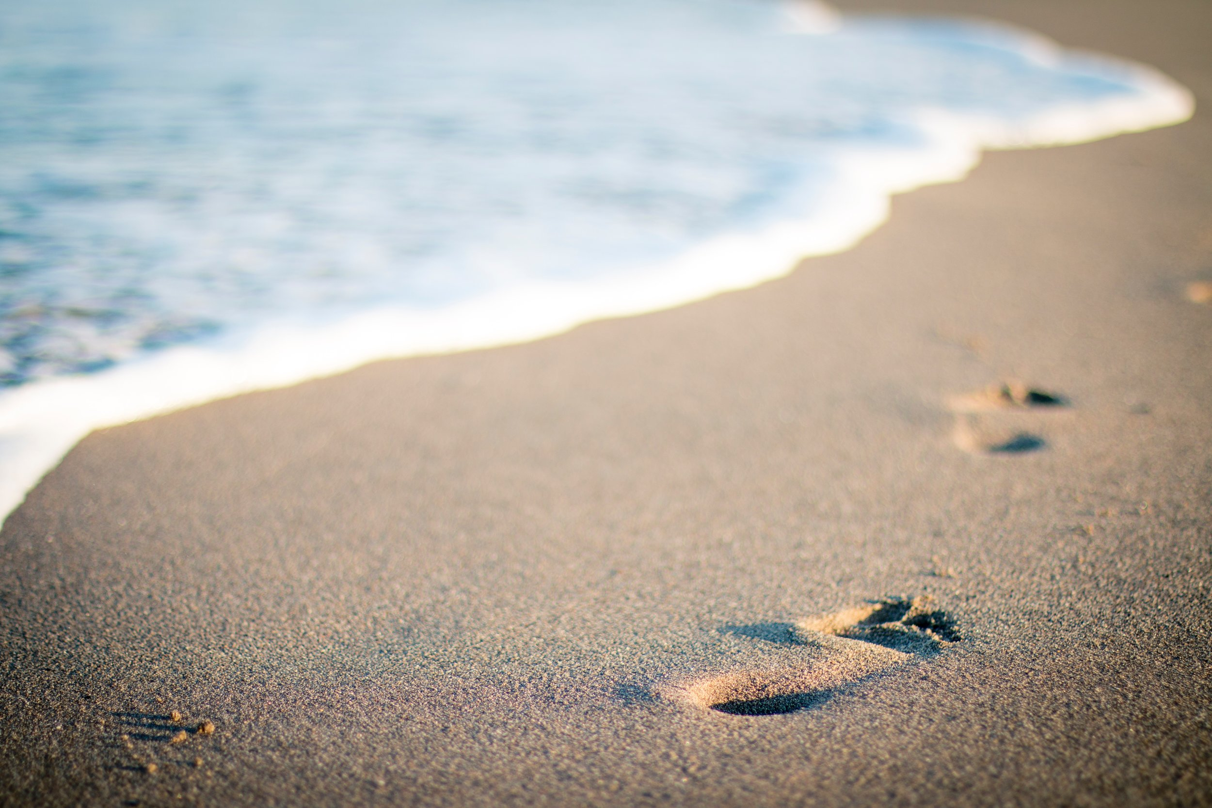 Image displaying footprints in the sand symbolizing the telemedicine therapy services provided by Tammy Dobbs