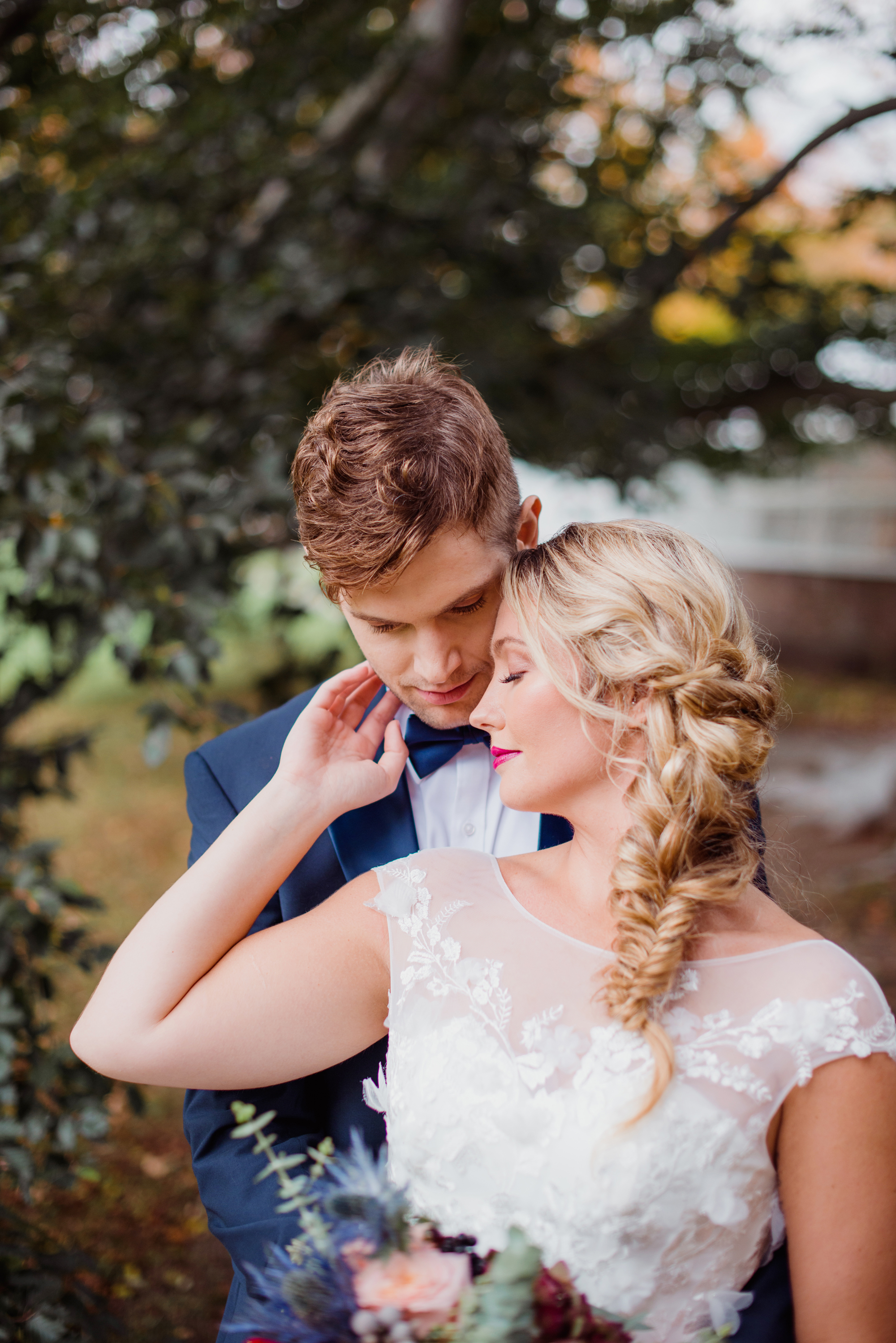 outdoor wedding photography inspiration couple wedding photo pose