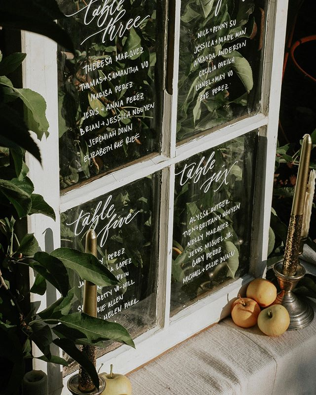 Saturday morning dreaming of this seating chart on my favorite surface: glass! There are so many fun and creative ways I display your seating plan, like windows, mirrors, paper fans, small paper charts, and namecards. Do you have a new seating chart idea in mind for your wedding? Let's connect!